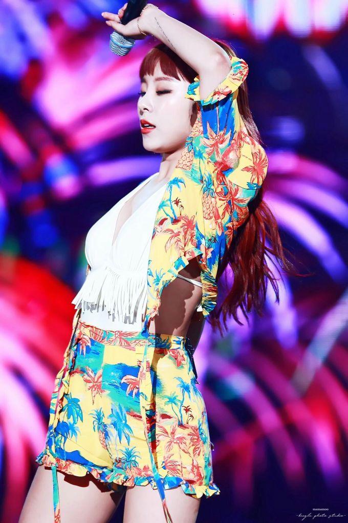 <p> Tấm lưng trần lấp ló của Whee In trong outfit rực rỡ đậm chất mùa hè tại sân khấu <em>Egotistic.</em></p>