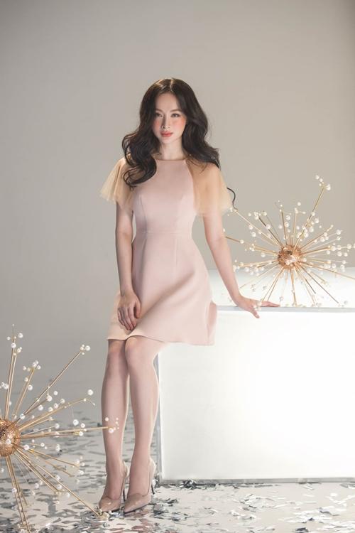 Những kiểu váy suốn, ôm sát vòng eo, nhấn nhá ở phần vai giúp Phương Trinh có dịp khoe được nét đẹp hình thể.