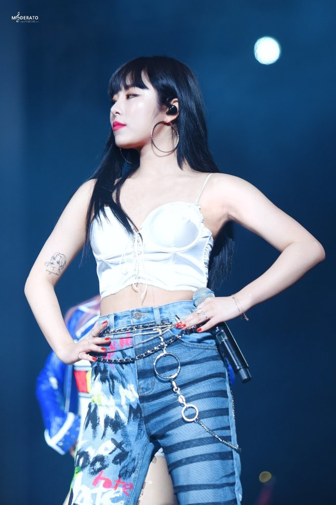 """<p> Whee In từng diện một chiếc áo mỏng manh như """"áo ngủ"""" lên sân khấu. Nhờ kết hợp quần jeans hầm hố cùng phụ kiện, diện mạo của cô được đánh giá là vừa cá tính vừa sexy, không gây """"nhức mắt"""" cho khán giả.</p>"""