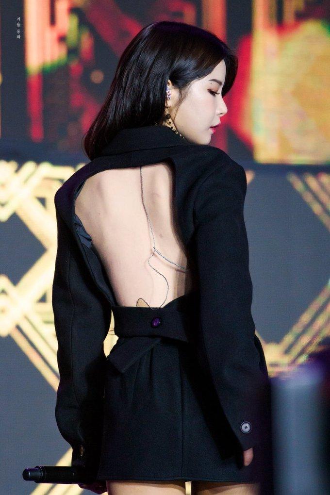 """<p> Gần đây, trang phục của Solar tại lễ trao giải KPMA tiếp tục khiến netizen """"choáng váng"""". Nhiều fan cho rằng stylist nên hạn chế cho các thành viên khoe thân, trở về phong cách cá tính, năng động như trước.</p>"""