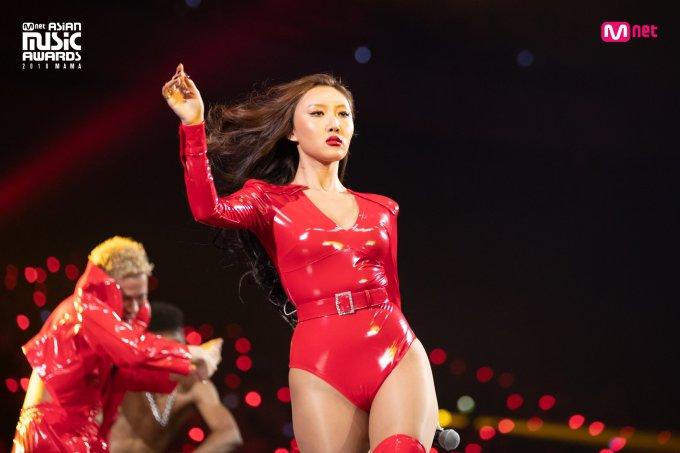 <p> Kể từ khi Mamamoo phát hành ca khúc<em>Egotistic</em> hồi tháng 7/2018, nhóm đã có sự đổi mới ấn tượng về âm nhạc và cả hình ảnh, trưởng thành và quyến rũ hơn. Một trong những outfit táo bạo nhất năm nay thuộc về bộ bodysuit da màu đỏ của Hwasa. Cô nàng gây sốt khi diện trang phục sexy này tại MAMA Nhật Bản.</p>