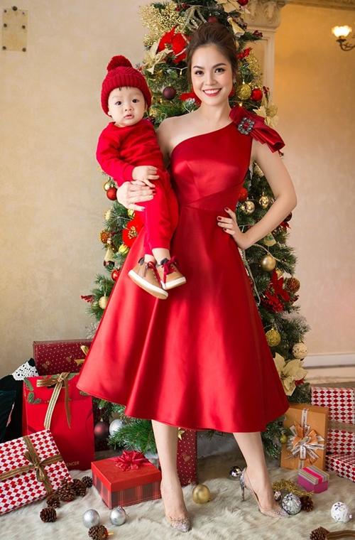 Dương Cẩm Lynh cùng con trai trang hoàng nhà cửa lộng lẫy đón Giáng sinh.