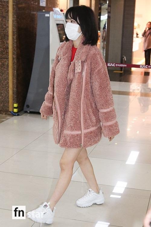 Áo khoác bông tiếp tục chứng minh sức hút trong mùa đông 2018. Sakura lộ hình ảnh người to, chân nhỏ vì đôi chân quá gầy gò.