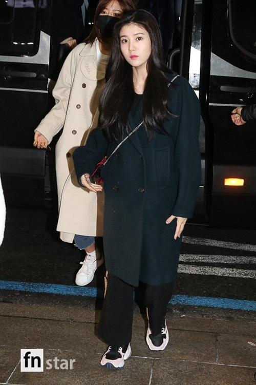 Kwon Eun Bi không khoe chân mà chọn kiểu quần ống rộng. thoải mái khi di chuyển.