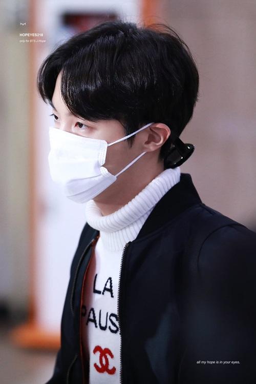 J-Hope cũng mặc áo len của Chanel. Nam rapper dùng khảu trang che chắn cẩn thận khi về Hàn.