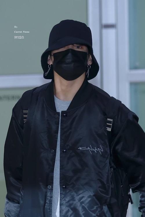 Mũ bucket là phụ kiện bất ly thân của Jung Kook ở sân bay.