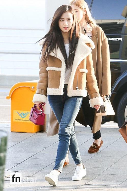 Các thành viên Black Pink trên đường sang Nhật. Ji Soo chỉ trang điểm nhạt vẫn gây ấn tượng bằng visual đẳng cấp. Nữ ca sĩ dùng túi xách nhỏ làm điểm nhấn và phù hợp với không khí Giáng sinh.