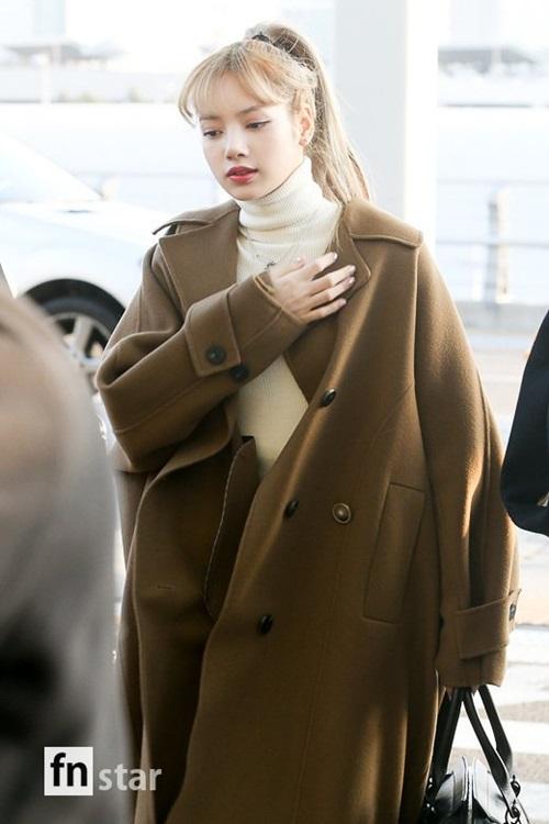 Em út Lisa trở thành người nổi bật nhất ở sân bay. Kiểu tóc buộc cao giúp nữ ca sĩ lộ khuôn mặt nhỏ. Cô nàng có hình ảnh giống một tiểu thư giàu có, quyền lực khi mix áo len cổ lọ, trench coat oversize.