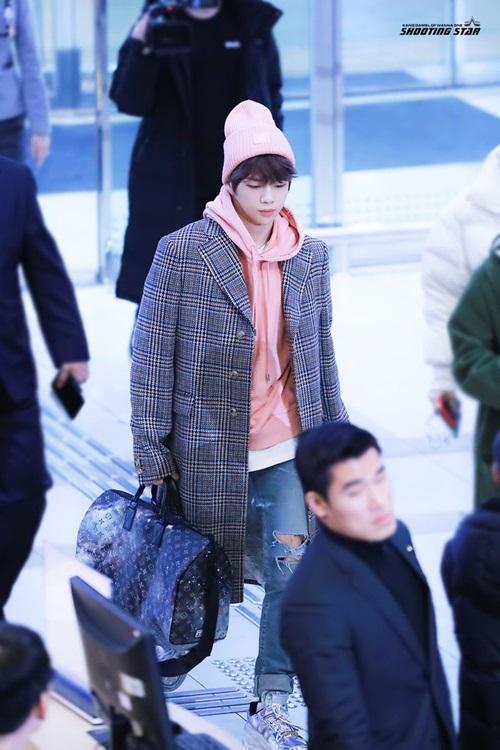 Kang Daniel cũng liên tục biến đổi phong cách khi ra sân bay. Mỹ nam cute hết cỡ với trang phục màu hồng.
