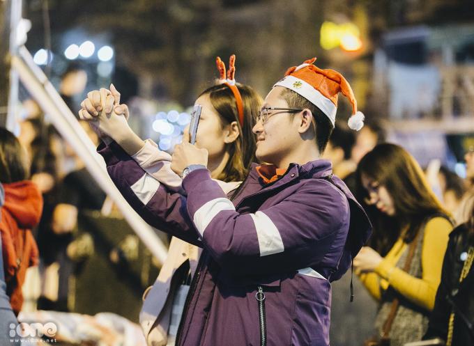 """<p> Khu vực Nhà thờ Lớn Hà Nội những ngày này đón chào nhiều bạn trẻ đến chụp hình mùa Giáng sinh. Không gian nơi đây được trang hoàng lung linh bởi ánh đèn và những cây thông màu sắc. Nhiều cặp """"gà bông"""" đã rủ nhau xuống phố đón cái lạnh đầu đông và pose hình ấm áp bên nhau.</p>"""