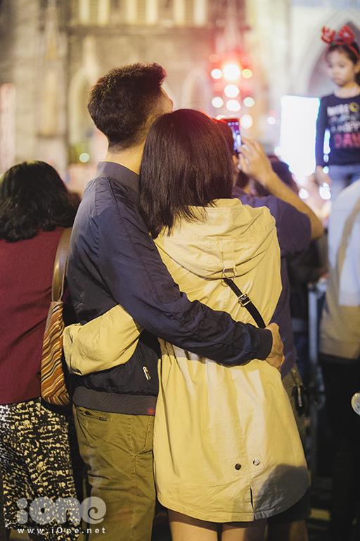<p> Một đôi trẻ dành cho nhau cái ôm ấp áp trong mùa Giáng sinh. Đây cũng là dịp để nhiều người gửi lời yêu thương đến với nhau.</p>