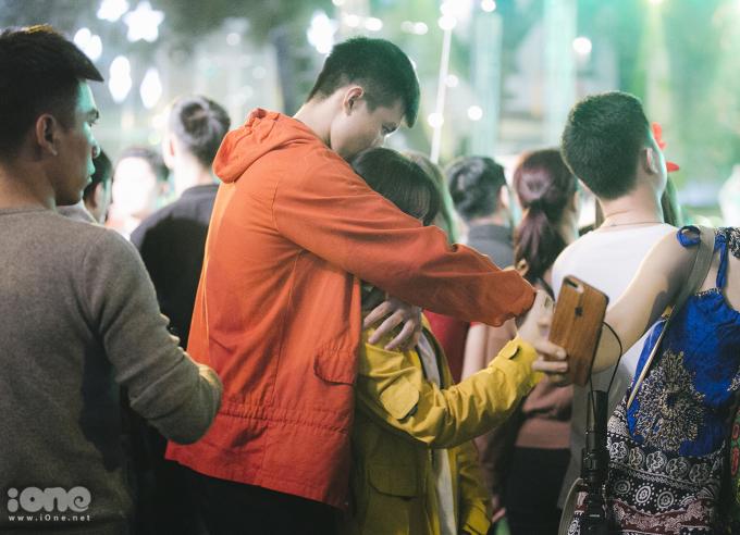 <p> Hình ảnh ngọt ngào của một cặp đôi trên phố.</p>