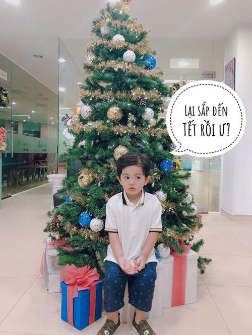 Cậu cả nhà Khánh Thi - Phan Hiển có biểu cảm yêu bên cây thông
