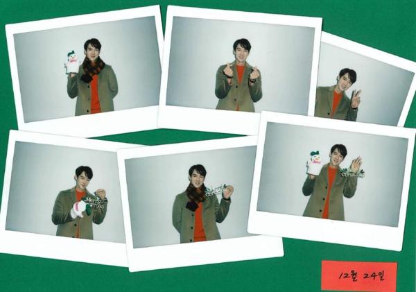 Nam diễn viên Reply 1994 Yoo Yeon Seok diện trang phục tông xanh đỏ và đeo găng tay ông già tuyết.