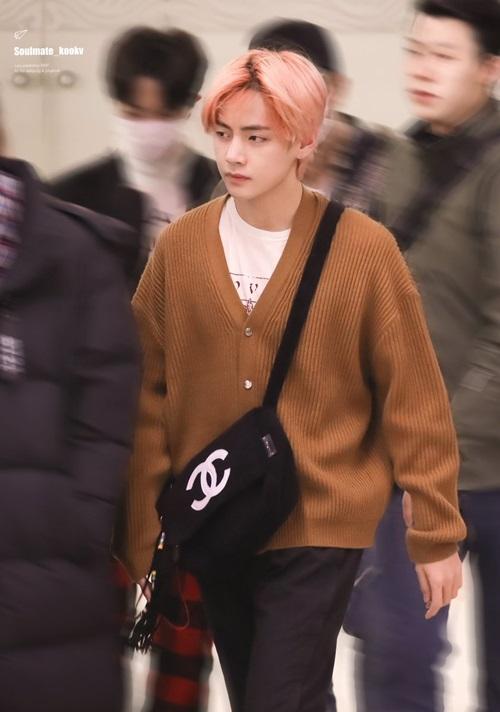 V luôn là chàng trai có phong cách khác biệt nhất BTS. Sau Gucci, nam ca sĩ hiện mê mẩn các sản phẩm của thương hiệu Chanel.