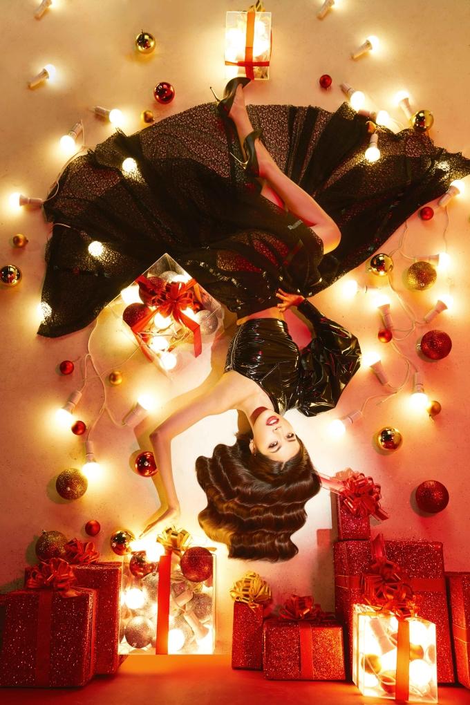 """<p> Trở về từ Miss Supranational 2018, Minh Tú ngay lập tức bắt tay vào các hoạt động mới. Cô nàng nhận lời đảm nhiệm vai trò host cho """"Cuộc chiến spotlight"""" - cuộc thi tìm ra những cô gái có mái tóc đẹp dưới mọi ánh đèn. Sau khi chọn ra Top 15, Minh Tú cùng các thí sinh thực hiện bộ hình với concept ấn tượng.</p>"""