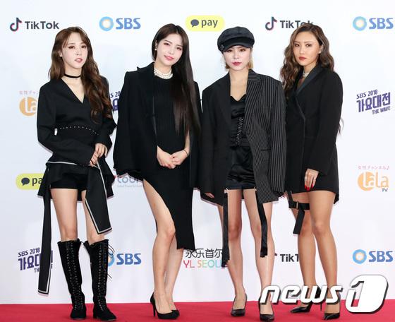 Các thành viên Mamamoo trung thành với tông màu đen khi lên thảm đỏ.