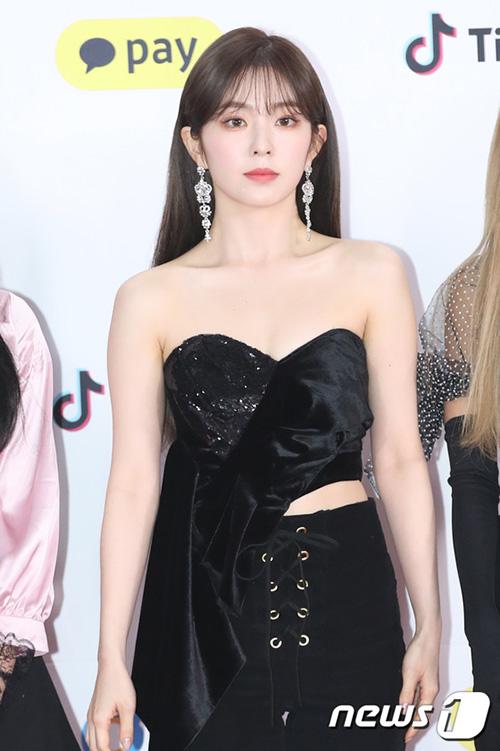 Irene gây bất ngờ với trang phục sexy nhất nhóm. Trưởng nhóm Red Velvet khoe xương quaixanh và làn da trắng sứ đáng ghen tỵ.