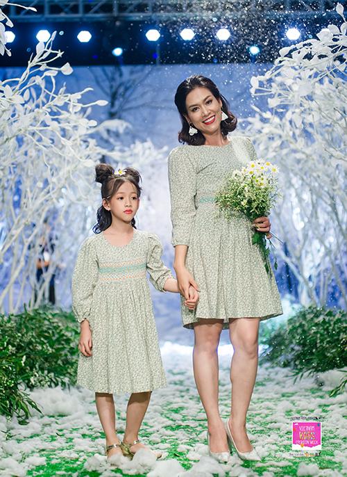 Tuần lễ thời trang trẻ em Việt Nam - Vietnam Kids Fashion Week vừa khai mạc với sự tham dự của 9 nhà thiết kế, 150 mẫu nhí. Được tổ chức đúng mùa Giáng sinh nên sàn diễn được biến thành một khu rừng cổ tích ngập tràn tuyết trắng. Nữ diễn viên phim Phía trước là bầu trời Hà Hương rạng rỡ nắm tay con gái 7 tuổi cùng lên sàn catwalk.