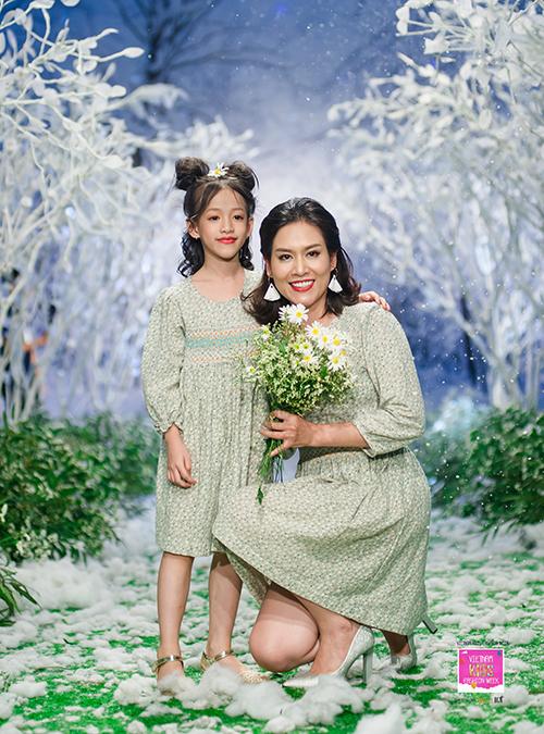 Những mẫu váy hoa babydoll trở nên khác biệt nhờ chi tiết móc tay smock và những hình thêu handmade. Với chất liệu vải cao cấp từ nhung tăm, cotton chần bông, nhung mềm, linen,... những mẫu thiết kế nhà Nắng đắt giá nhất ở những chi tiết thêu tay trên từng trang phục.