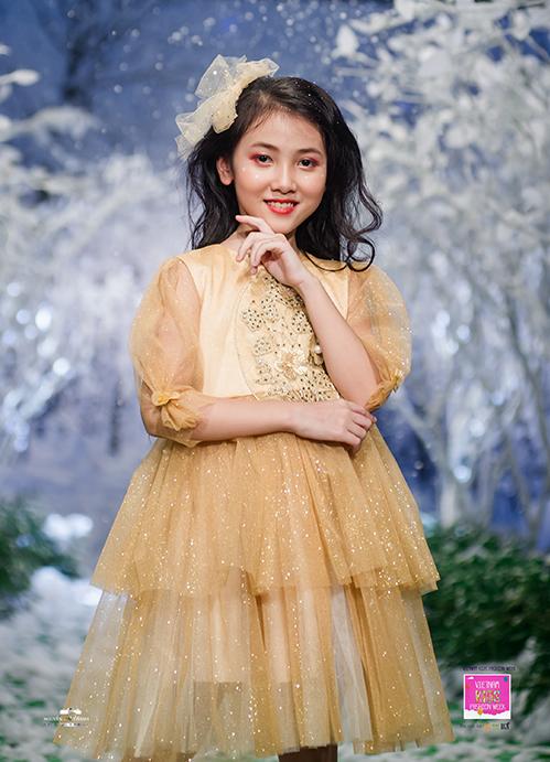 Bộ sưu tập Winter gồm những mẫu váy xếp tầng từ chất liệu voan bay bổng, những bộ suit chuẩn đến từng chi tiết cho các cậu nhóc muốn có diện mạo bảnh bao như soái ca.