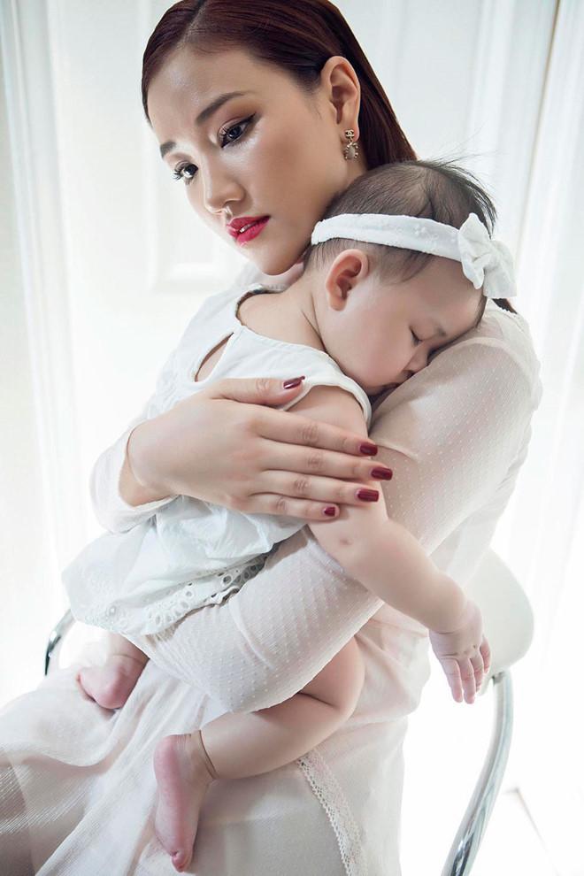 """<p> Suốt quãng thời gian mang bầu cho đến lúc sinh con, Maya đều chọn cách im lặng và giấu kín mọi thông tin. Mãi đến khi con gái được ba tháng tuổi, Maya mới thông báo tin vui đến công chúng. Nói về lý do giấu nhẹm chuyện mang bầu, Maya cho biết, im lặng là cách cô giữ được sự yên tĩnh cho bản thân và cô cũng không phải mẫu người thích chia sẻ chuyện riêng tư. """"Không ai mang thai hộ được tôi nên tôi âm thầm vượt cạn một mình. Giờ đây khi đã sinh con, tôi hoàn toàn thoải mái với chia sẻ này"""".</p>"""