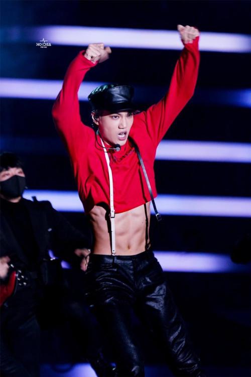 Kai mặc croptop nhưng không hề mất nét nam tính vì cơ thể quá đẹp, bụng 6 múi. Thành viên EXO là một trong những nam ca sĩ gợi cảm nhất trên sân khấu.