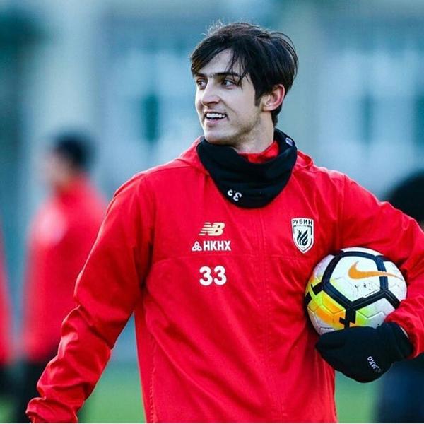 Sardar Azmoun sinh năm 1995, là tuyển thủ của đội Iran tham sự Asian Cup 2019. Với khả năng ghi bàn xuất sắc ở ĐTQG, Sardar được gọi là Messi của Iran.