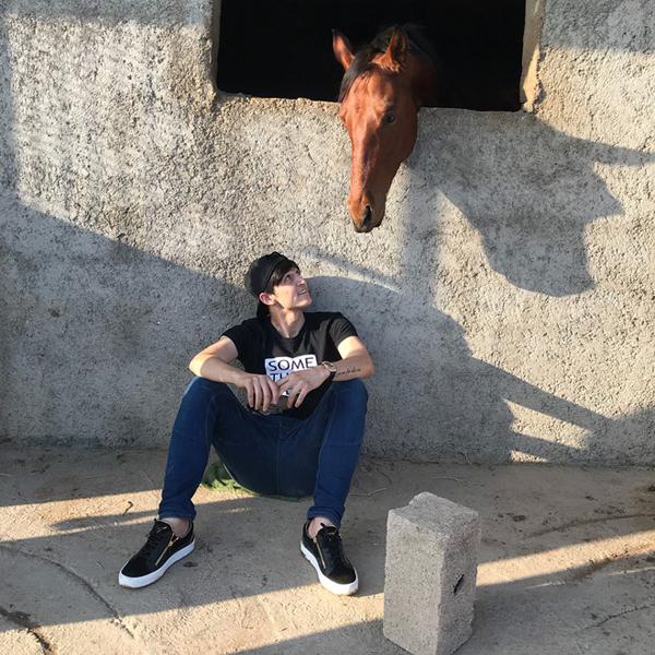 Ngoài những khoảnh khắc trên sân có, anh chàng khá chăm chỉ khoe hình đời sống cá nhân lên trang mạng xã hội Instgram. Những lúc rảnh rỗi, Sandar thường xuyên ở bên người bạn 4 chân là chú ngựa của mình.