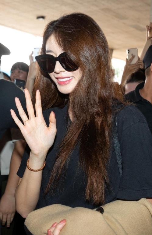 Ji Yeon diện cây đen chất gây náo loạn ở sân bay TP HCM - 2