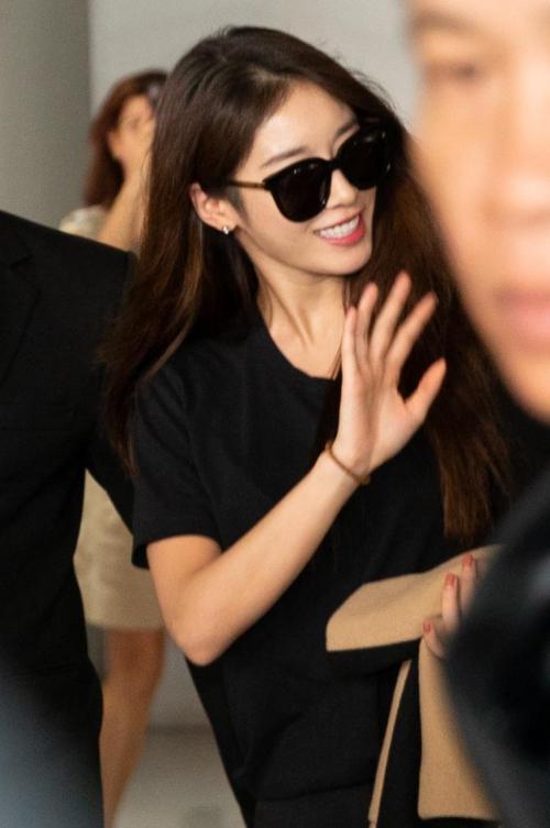 Ji Yeon diện cây đen chất gây náo loạn ở sân bay TP HCM - 3