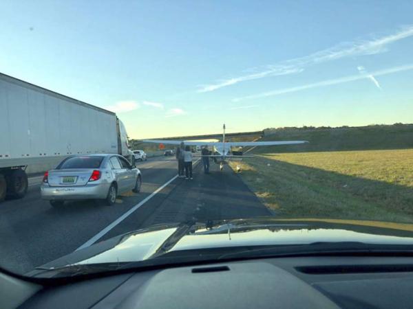Phi công hạ cánh trên đường cao tốc khiến các tài xế ngỡ ngàng.