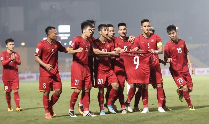"""<p> <strong>6. Các cầu thủ chia sẻ bàn thắng cùng Văn Toàn</strong></p> <p> Tại vòng bảng AFF Cup 2018, trong buổi tập tối 23/11, Văn Toàn không may gặp chấn thương và không thể góp mặt cùng các đồng đội trong trận đấu với tuyển Campuchia trên sân Hàng Đẫy. Sau đó anh cũng không kịp hồi phục để tham gia các trận đấu còn lại.</p> <p> Sau khi ghi bàn mở tỷ số, các cầu thủ áo đỏ đã ăn mừng bằng cách cùng nhau giơ áo số 9 của Văn Toàn như một cách an ủi, khích lệ người đồng đội.Ngồi trong cabin ngoài đường pitch, Văn Toàn<a href=""""https://ione.net/tin-tuc/nhip-song/hong/dong-doi-khien-van-toan-phat-khoc-vi-hanh-dong-an-mung-y-nghia-3844243.html""""> bật khóc </a>khi chứng kiến hành động đẹp của các đồng đội.</p> <p> Trước Văn Toàn, tại Asiad 2018, các cầu thủ Olympic Việt Nam cũng có hành động ý nghĩa với Đỗ Hùng Dũng khi cầu thủ này dính chấn thương phải bỏ dở hành trình.</p>"""