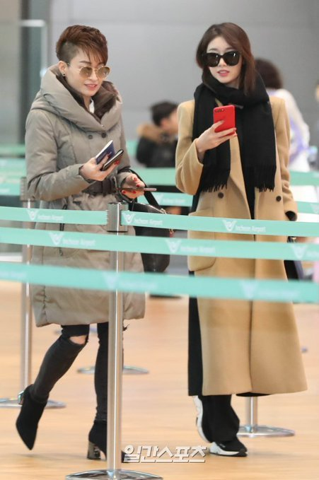 Mẹ Ji Yeon hộ tống con gái sang Việt Nam biểu diễn.