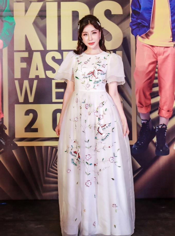<p> Hoa hậu Lam Cúc hóa công chúa với váy dạ hội chất liệu bay bổng và họa tiết thêu cầu kỳ.</p>