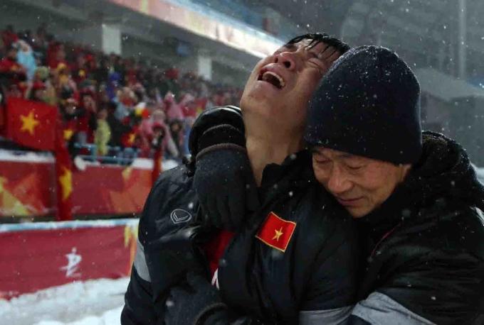 <p> <strong>4. Trung vệ Bùi Tiến Dũng bật khóc nức nở</strong></p> <p> Tiếng còi của trọng tài người Oman vang lên trong giây phút cuối cùng của giải U23 châu Á cũng là lúc các chàng trai áo đỏ đổ gục xuống sân. Trung vệ Bùi Tiến Dũng đã không kìm được cảm xúc, bật khóc nghẹn ngào.Toàn đội đã làm hết sức mình và suýt đưa trận đấu đến chấm đá 11m, nhưng bàn thua ở phút 119 đã phá hỏng tất cả. Chỉ 1 phút nữa thôi, trận đấu đã phải giải quyết bằng loạt luân lưu may rủi. Điều này khiến đội vô cùng tiếc nuối.</p>