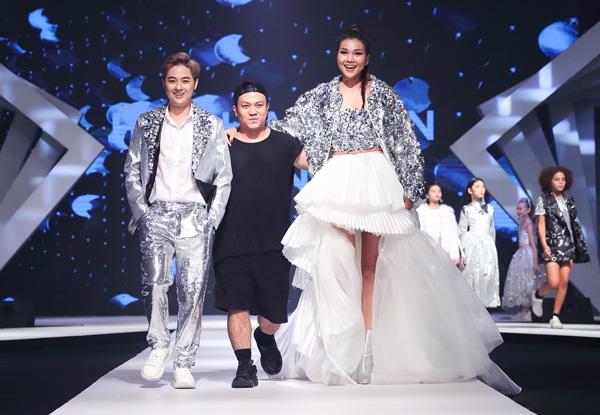 Cùng đảm nhiệm vai trò kết show với Thanh Hằng là ca sĩ Thanh Duy.