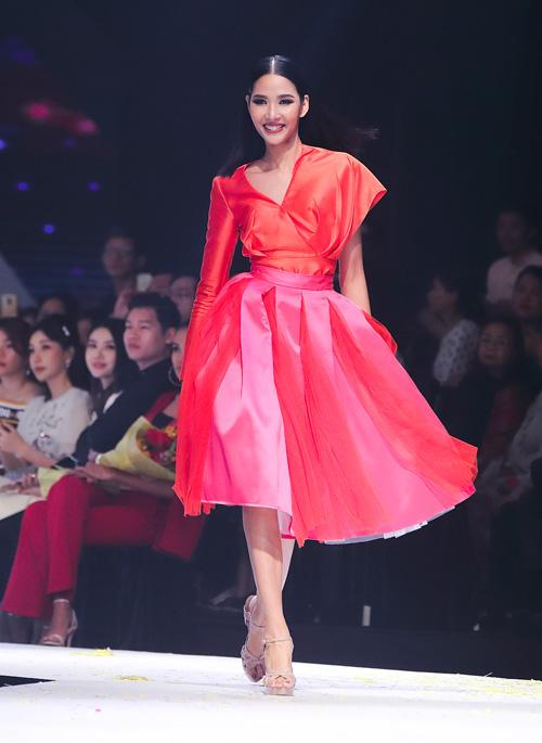 Hoàng Thùy đang được dự đoán sẽ là đại diện Việt Nam tại Miss Universe 2019 sau khi đăng quang Á hậu 1 tại Hoa hậu Hoàn vũ Việt Nam 2017. Thời gian này, cô tích cực tập gym, ăn uống để tăng cân.