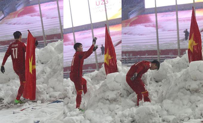 """<p> <strong>3. Duy Mạnh cắm cờ Tổ quốc trên 'đỉnh tuyết' sân Thường Châu</strong></p> <p> Thời điểm rời sân sau trận chung kết Uzbekistan, Duy Mạnh là người đi cuối cùng của đoàn, anh bất ngờ cắm lá cờ tổ quốc trên đụn tuyết cao ở rìa sân và cúi đầu chào.</p> <p class=""""Normal"""" style=""""text-align:left;""""> <span>Trả lời phỏng vấn, Duy Mạnh lý giải: """"Đang đi thì tôi thấy đống tuyết, giống như ngọn núi. Bất giác trong đầu nảy ra ý định cắm lá cờ lên đó và tôi quyết định thực hiện ngay.</span><span>Khi cắm lá cờ, tôi vẫnđang khóc vì tiếc nuối.</span><span>Sau đó, tôi lùi xuống vỗ tay cảm ơn khán giả, cúi đầu chào họ cũng như lá cờ tổ quốc như một lời tri ân"""".</span></p>"""