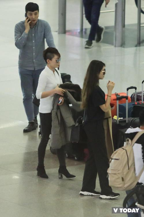 Nhiều fan nhận xét bà trông không khác gìmột ngôi sao nổi tiếng khi xuất hiện tại sân bay Tân Sơn Nhất. Vóc dáng thon thả của bà cũng khiến các fan xuýt xoa ghen tị.