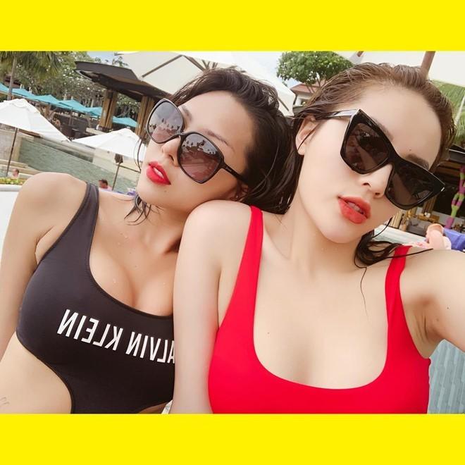 <p> Những mẫu bikini cut-out táo bạo, có sự tương đồng về kiểu dáng cũng được Kỳ Duyên và Minh Triệu lựa chọn trong chuyến du lịch cùng nhau.</p>