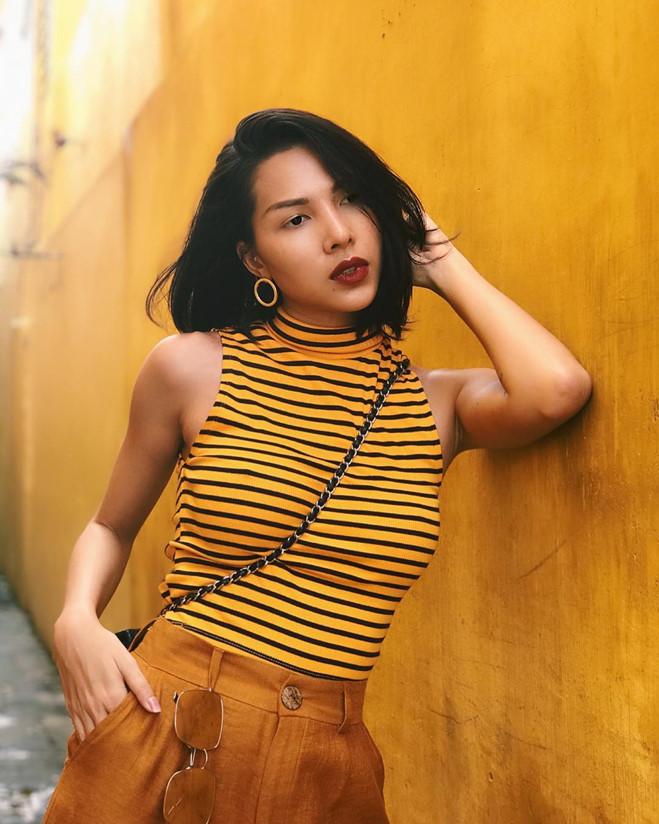 """<p> Ngay cả ở phong cách thời trang dạo phố, Minh Triệu và Kỳ Duyên cũng chọn """"áo đôi"""". Minh Triệu phối áo thun vàng - đen kẻ ngang cùng quần ống suông.</p>"""
