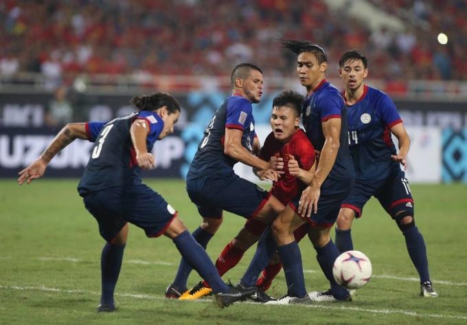 """<p> <strong>9. Quang Hải giữa vòng vây bốn cầu thủ Philippines tại AFF Cup</strong></p> <p> Quang Hải là cầu thủ nhỏ con nhất bên phía Việt Nam trong khi đối thủ Philippines phần lớn là cầu thủ gốc châu Âu, thể hình cao lớn. Nhưng khi vào sân, Quang Hải lại là người nguy hiểm nhất khiến hàng phòng ngự Philippines dè chừng. Đội bạn đặc biệt chú ý đến Quang Hải, luôn cử hai cầu thủ theo sát tiền vệ của Hà Nội FC. Có tình huống Quang Hải đi bóng bị bốn cầu thủ Philippines<a href=""""https://ione.net/photo/nhip-song/khoanh-khac-quang-hai-bi-vay-chat-duoc-che-anh-ram-ro-3850592.html""""> vây lấy</a>, """"lấy thịt đè người"""".</p>"""