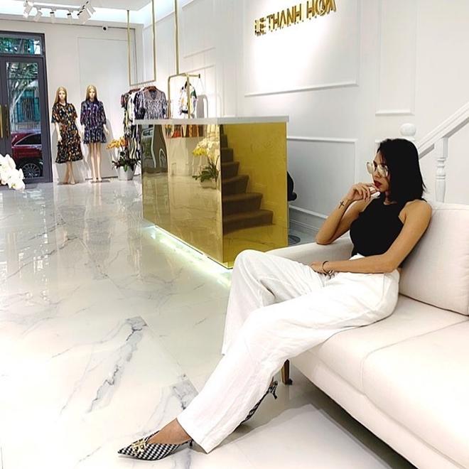 <p> Minh Triệu diện giày mules hở gót của Balenciaga cùng quần ống suông và áo thun ôm sát cơ thể.</p>
