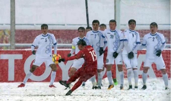 """<p> <b>1. Siêu phẩm 'cầu vồng tuyết' của Quang Hải</b></p> <p> Ở phút thứ 41 của trận chung kết gặp Uzbekistan hôm 27/1, ngay sau khi Công Phượng mang về quả phạt cho U23 Việt Nam trước khu vực cấm địa, tiền vệ Quang Hải sút phạt chân trái đưa bóng vào góc cao ghi bàn gỡ hòa 1-1. Pha ghi bàn của Quang Hải được bình chọn là <a href=""""https://ione.net/tin-tuc/nhip-song/sieu-pham-cau-vong-tuyet-cua-quang-hai-duoc-binh-chon-la-ban-thang-dep-nhat-3707524.html"""">cú sút đẹp nhất giải</a> U23 châu Á 2018. Bàn thắng của cầu thủ số 19 được thực hiện trong thời tiết khắc nghiệt, khi tuyết rơi dày ở sân vận động Thường Châu (Trung Quốc). Đây là lần đầu tiên cầu thủ U23 chơi dưới cơn mưa tuyết, trước đối thủ ở đẳng cấp cao hơn và lại bị thủng lưới trước ngay từ phút thứ 8, thế nhưng họ đã chiến đấu hết mình.</p>"""