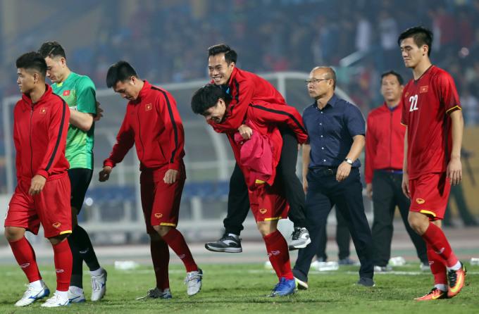 """<p> <strong>7. Công Phượng cõng Văn Toàn rời sân</strong></p> <p> Sau trận đấu với Campuchia ở vòng bảng AFF Cup, người hâm mộ xúc động trước hình ảnh Công Phượng <a href=""""https://ione.net/tin-tuc/nhip-song/nhung-buc-anh-ve-tinh-ban-10-nam-khong-doi-cong-phuong-van-toan-3844709.html"""">cõng Văn Toàn </a>đi vào khu vực đường hầm. Văn Toàn vừa ngại ngùng vừa nở nụ cười tươi rói khi nghe CĐV hô vang tên mình.</p>"""