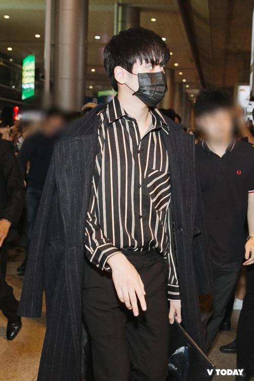 Các fan được dịp ôm bụng cười khi chứng kiến những set đồ ấm áp của iKON. Có vài chàng trai không cảm thấy sốc nhiệt khi tới Việt Nam. Một trong số đó làChan Woo. Em út iKON diện sơ mi và quần âu lịch lãm, không quên khoác thêm áo khoác dài tông xuyệt tông.