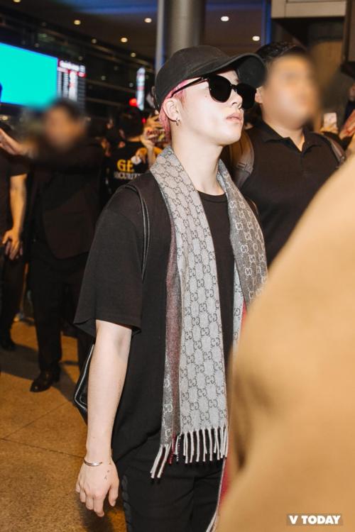Thật may là vẫn có những thành viên tỉnh táo khi xuống sân bay Tân Sơn Nhất. Jin Hwan đã cởi chiếc áo khoác lông sành điệu anh chàng mặc tại Hàn để thích nghi với nhiệt độ ở Việt Nam.