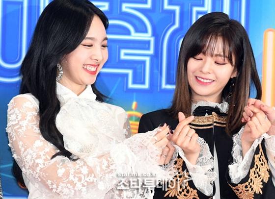 Na Yeon (bên trái) cười lộ cả cằm nọng.