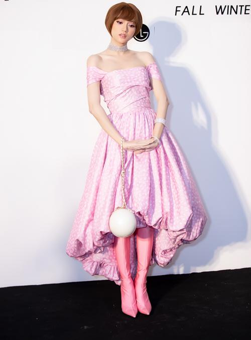 Hoa hậu Hương Giang Idol cuốn hút với vẻ ngoài trẻ trung, hoà quyện giữa nét quyến rũ với sự năng động, cá tính. Cô diện bộ váy xoè với phom lạ mắt phối cùng choker, vòng tay ánh kim. Đi kèm trang phục là boot của Balenciaga cùng clutch cầm tay hình cầu duyên dáng của Chanel.